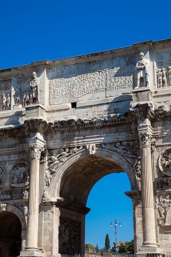 Arco de Constantina un arco triunfal en Roma, situado entre el Colosseum y la colina de Palatine foto de archivo