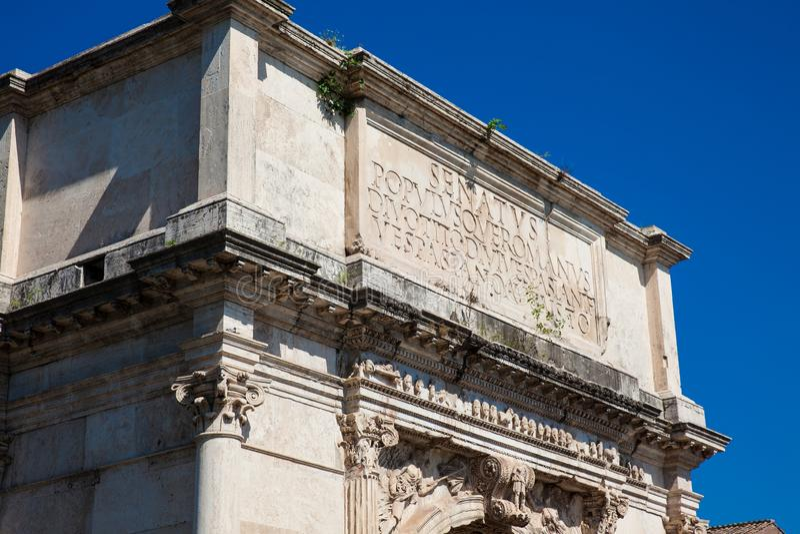 Arco de Constantina un arco triunfal en Roma, situado entre el Colosseum y la colina de Palatine imagen de archivo libre de regalías