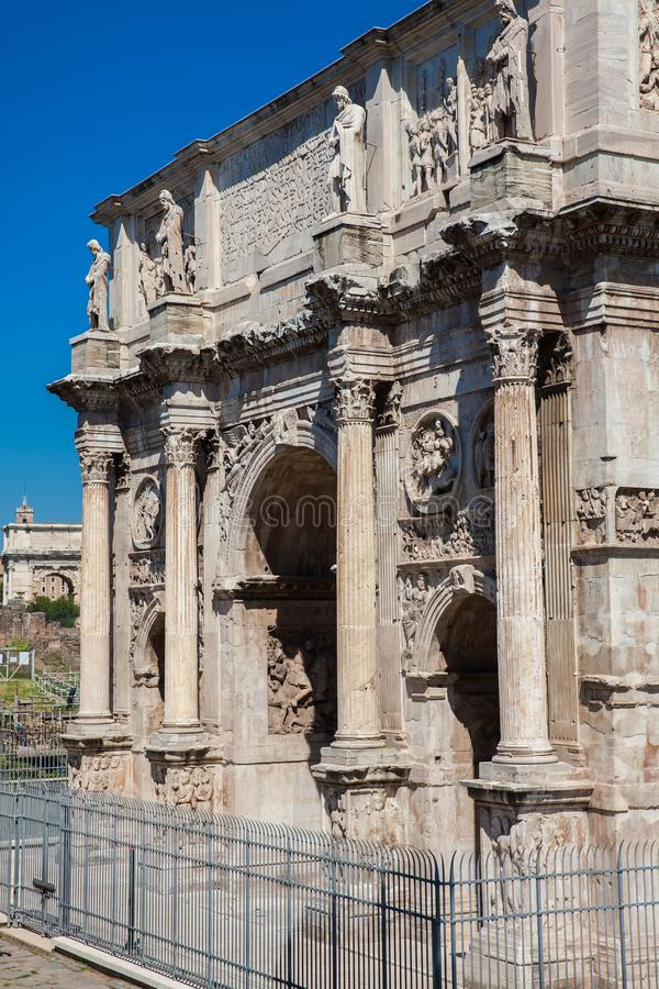 Arco de Constantina un arco triunfal en Roma, situado entre el Colosseum y la colina de Palatine imagen de archivo