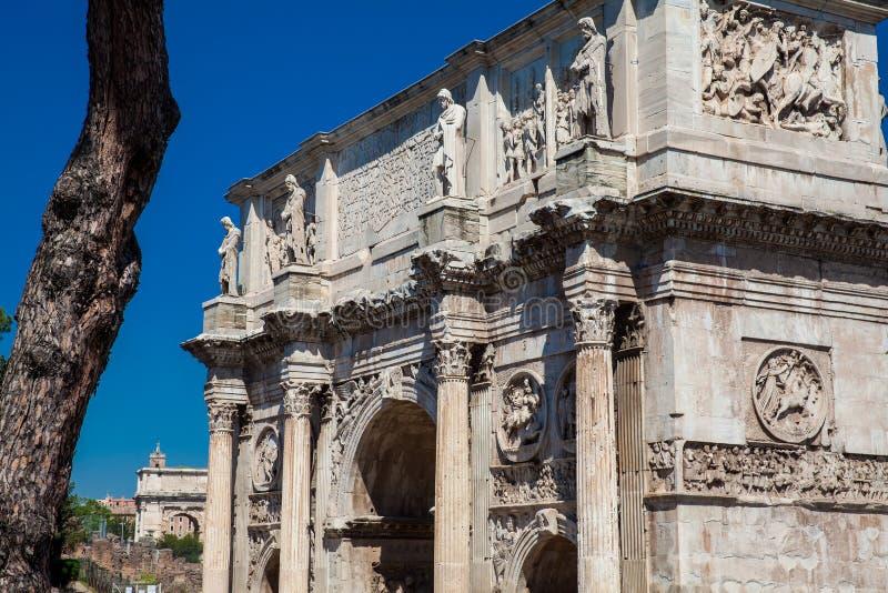 Arco de Constantina un arco triunfal en Roma, situado entre el Colosseum y la colina de Palatine imagenes de archivo