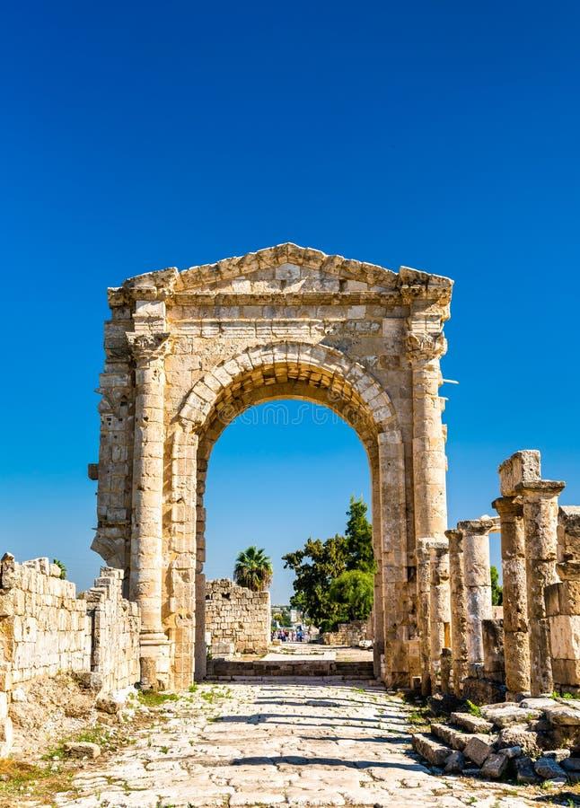 Arco de Hadrian na necrópolis de Al-Bass Tyre em Líbano imagem de stock royalty free