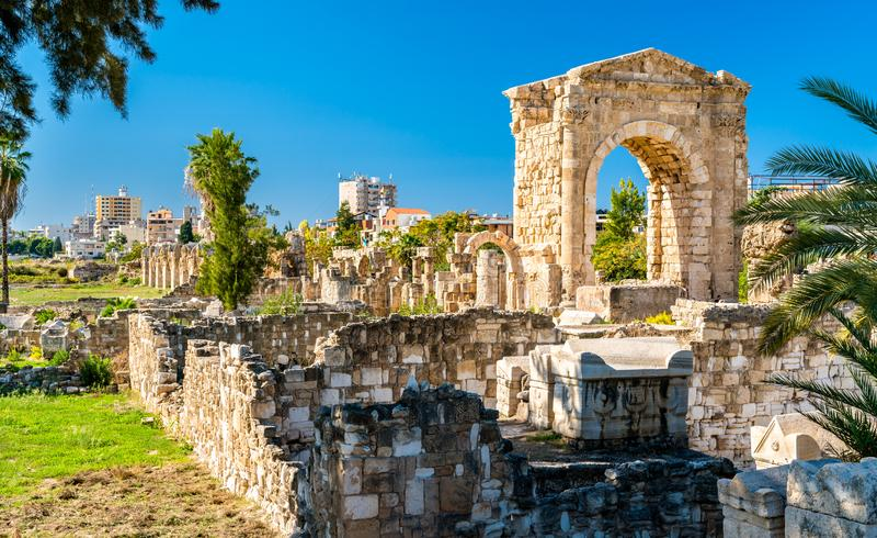Arco de Hadrian na necrópolis de Al-Bass Tyre em Líbano fotografia de stock
