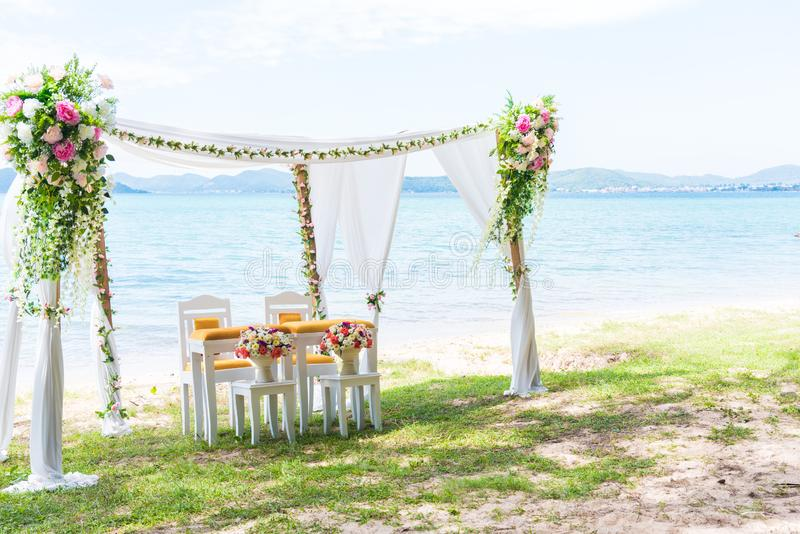 Arco de la boda de playa con el espacio de la copia en la derecha Concepto de la ceremonia del paisaje y de boda Tema de la playa imágenes de archivo libres de regalías