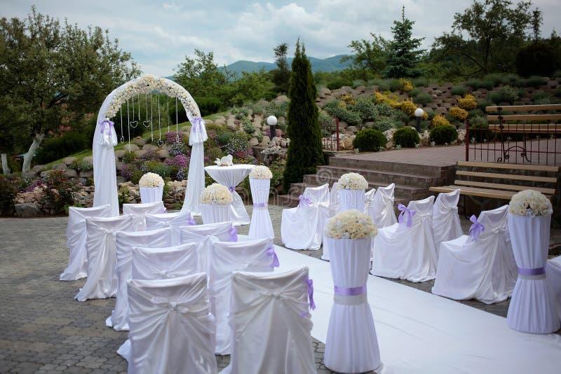 Arco de la boda y sillas blancas fotografía de archivo libre de regalías