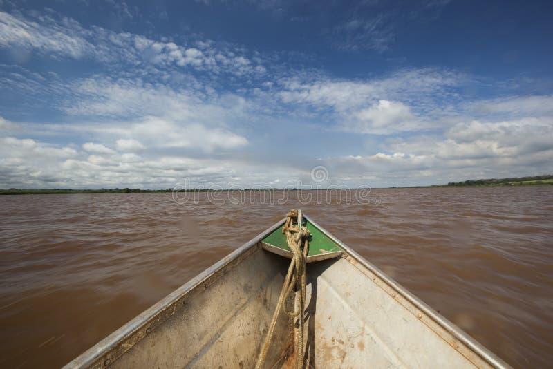 Arco de la canoa en el río imagen de archivo libre de regalías