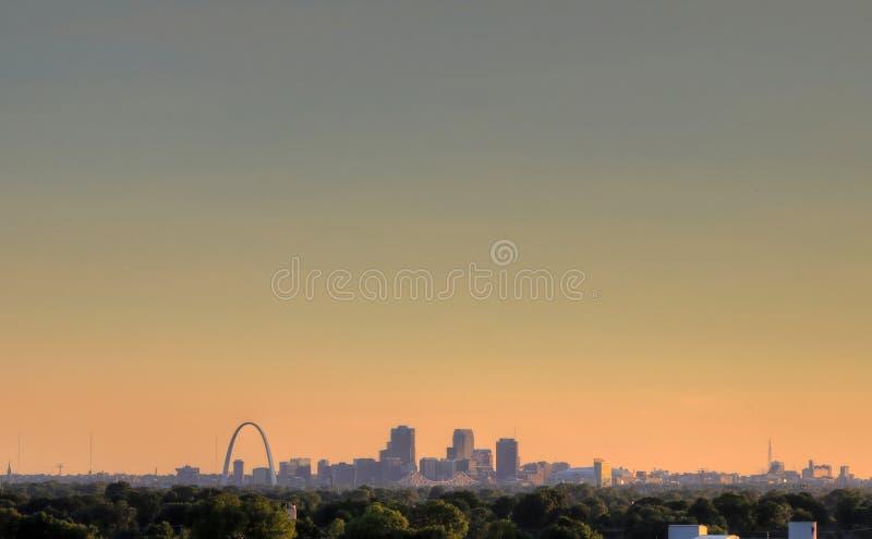 Arco de la entrada y horizonte de St. Louis, Missouri foto de archivo libre de regalías