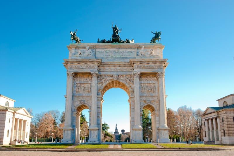 Arco de la paz de la puerta de Sempione en Milano foto de archivo