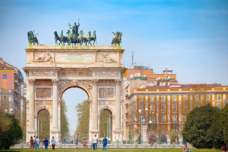 Arco de la paz en Milán imagenes de archivo