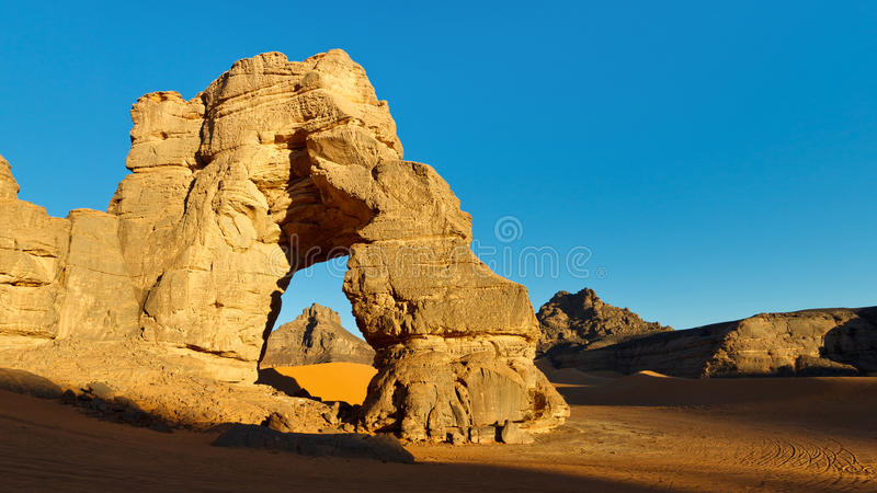 Arco de la roca del desierto del Sáhara imagen de archivo libre de regalías