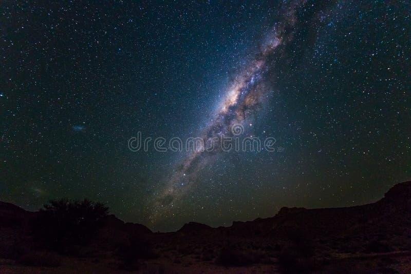 Arco de la vía láctea, estrellas en el cielo, el desierto de Namib en Namibia, África La pequeña nube de Magellanic en el lado iz imagenes de archivo