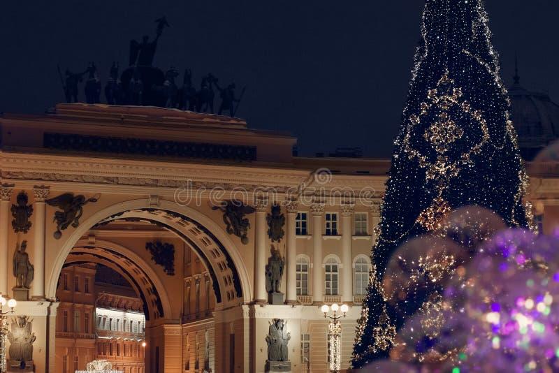 Arco de las jefaturas generales en el cuadrado del palacio de St Petersburg en invierno con el árbol de navidad adornado con los  fotos de archivo libres de regalías