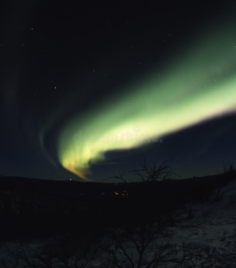 Arco de luzes do norte no céu imagens de stock