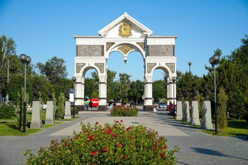 Arco de mármore na entrada à aleia dos heróis da terra de Astracã R?ssia imagens de stock