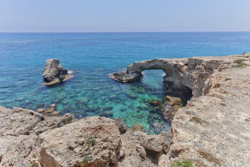 Arco de Monachus Cabo do greco de Cavo Ayia Napa, Chipre foto de stock