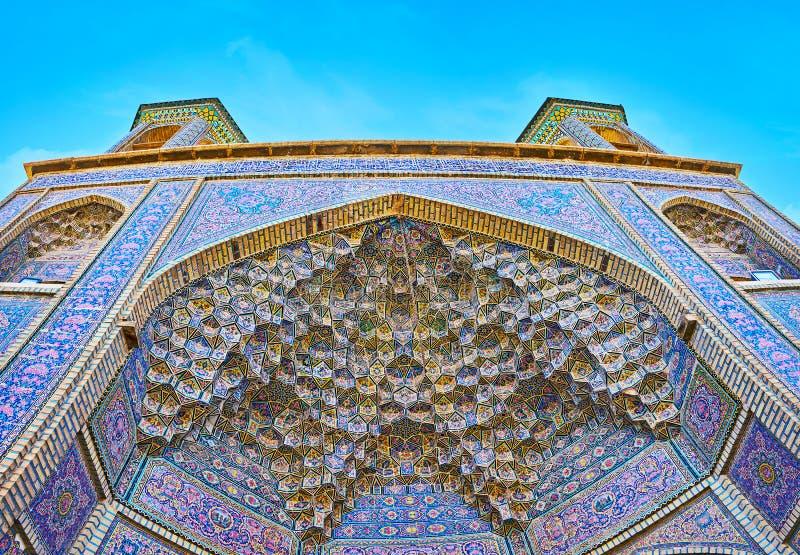 Arco de Muqarnas en la mezquita de Nasir Ol-Molk, Shiraz, Irán imagenes de archivo