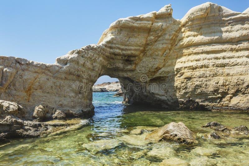 Arco de pedra perto de Paphos paisagem de Chipre Penhascos brancos imagem de stock royalty free