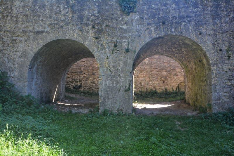 Arco de piedra antiguo dos de un castillo fotos de archivo