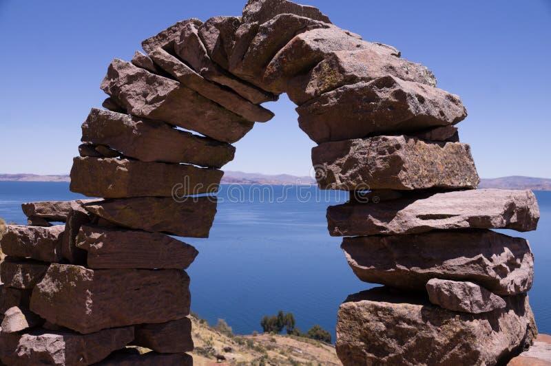 Arco de piedra en la isla de Taquile, el lago Titicaca, Perú imagen de archivo