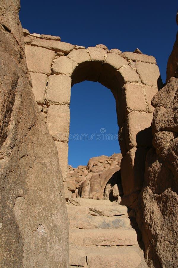 Arco de piedra en la montaña Sinaí imágenes de archivo libres de regalías