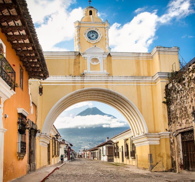 Arco de Santa Catalina e casas coloniais na opinião da rua do tha de imagem de stock