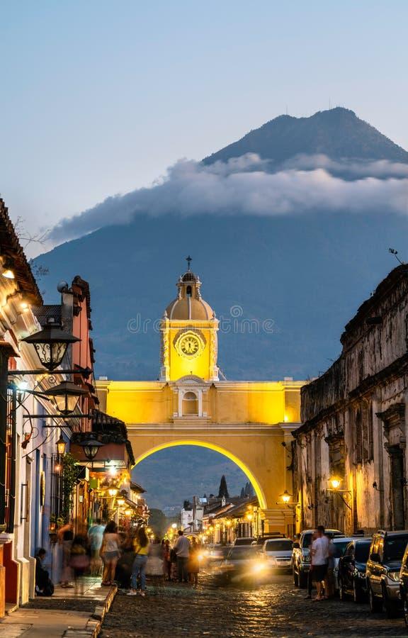Arco De Santa Catalina i Volcan De Agua w Antigua Gwatemala, Ameryka Środkowa zdjęcia royalty free