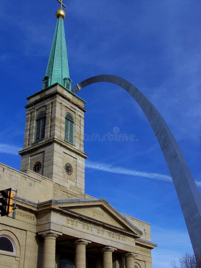 Arco de St Louis com igreja fotografia de stock
