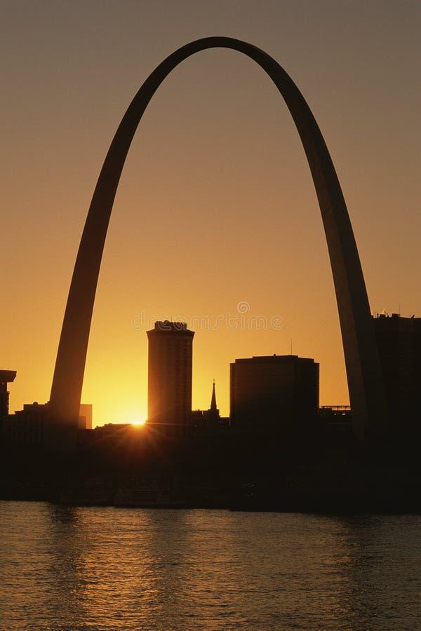 Arco de St Louis en la puesta del sol imagen de archivo