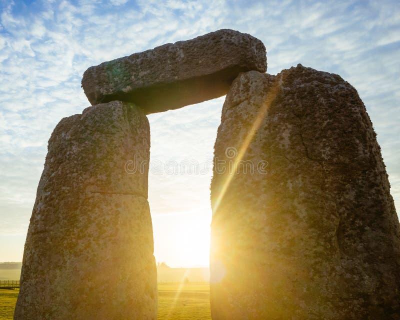 Arco de Stonehenge en el amanecer imagenes de archivo