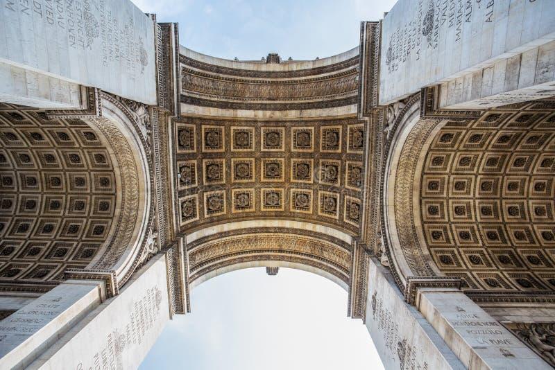 Arco de Triumph de debajo en París, Francia fotografía de archivo
