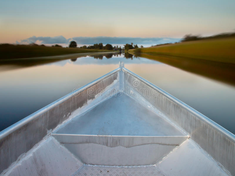 Arco De Un Barco De Rowing En Un Pantano Foto de archivo