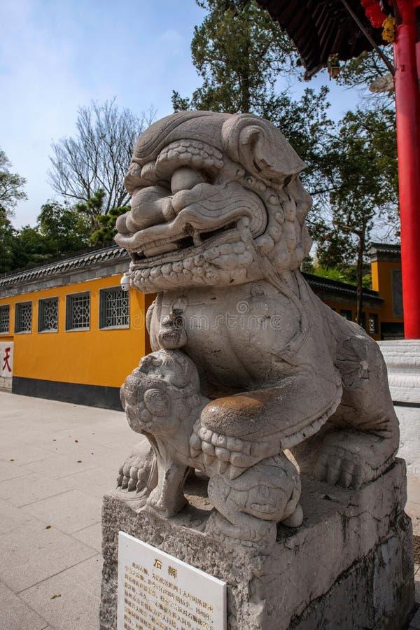 Arco de Yangzhou Daming Si antes de um par de leões fotografia de stock royalty free
