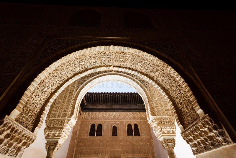 Arco decorativo Sunlit dell'entrata al cortile fotografia stock libera da diritti