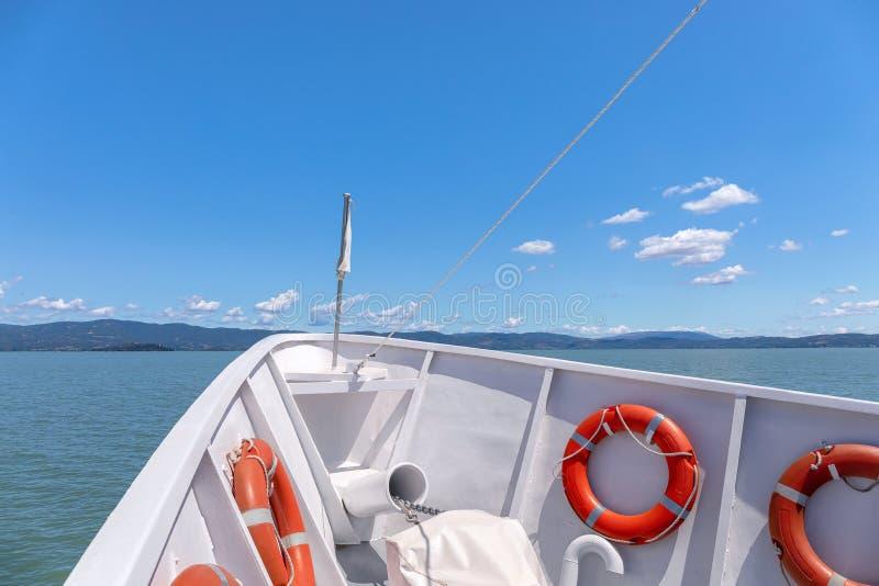 Arco del barco que navega en las aguas del lago imagenes de archivo