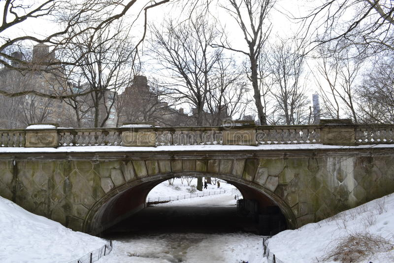 Arco del claro debajo de la nieve imágenes de archivo libres de regalías