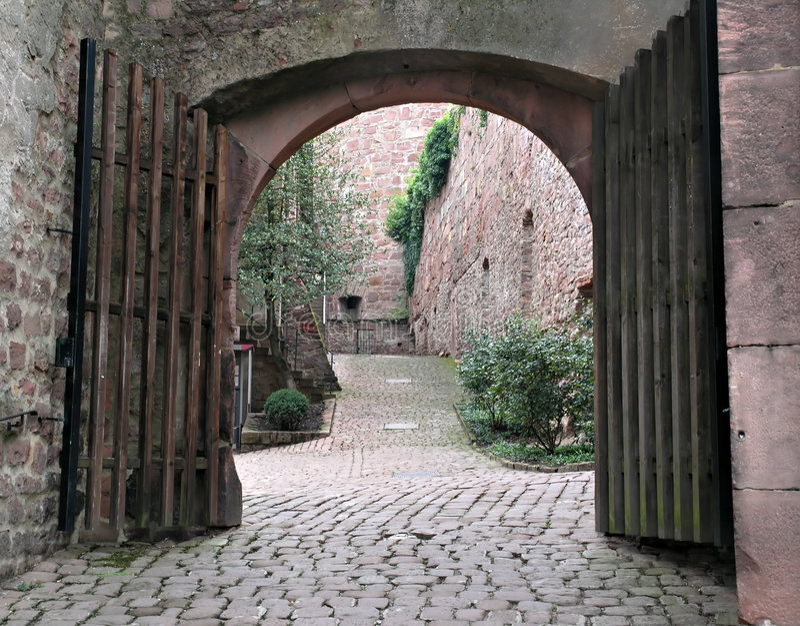 Arco del cortile del mattone fotografia stock libera da diritti