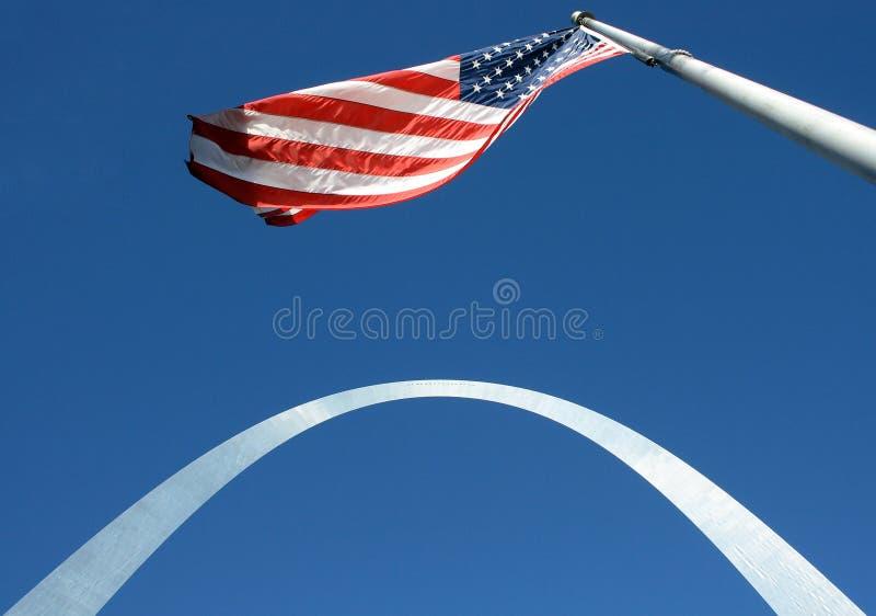 Arco del Gateway con el indicador americano imagen de archivo libre de regalías