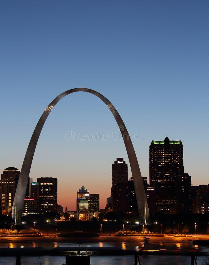 Arco del Gateway nella vista di notte di St. Louis fotografie stock libere da diritti