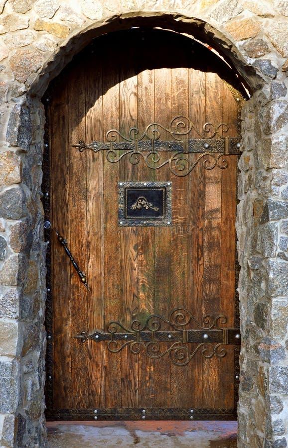 Arco del ladrillo con las puertas de madera fotografía de archivo