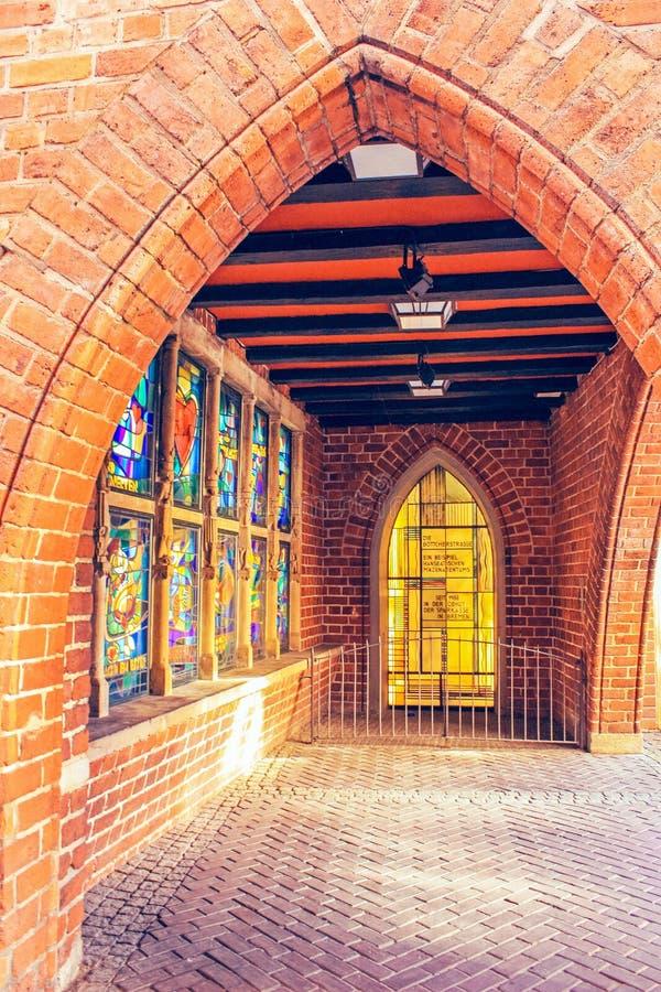 Arco del mattone con le finestre del mosaico sulla via delle arti a Brema, Germania immagine stock libera da diritti