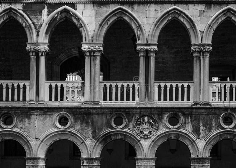 Arco del palazzo dei doge a Venezia in Italia fotografie stock libere da diritti