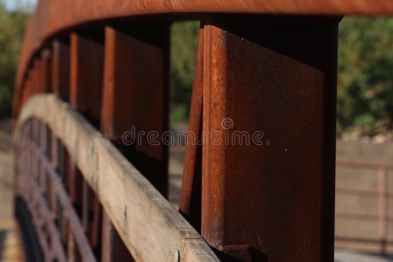 Arco del ponte di legno e del metallo fotografia stock libera da diritti