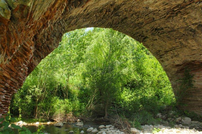 Arco del puente de Chianche en Buonalbergo, Campania, Italia fotografía de archivo
