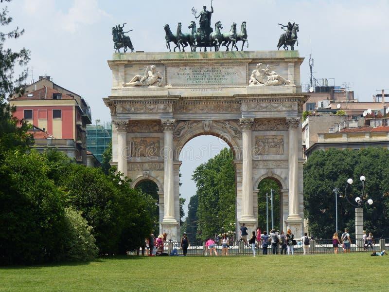 Arco del triunfo de la paz en un parque de la ciudad milano Italia foto de archivo