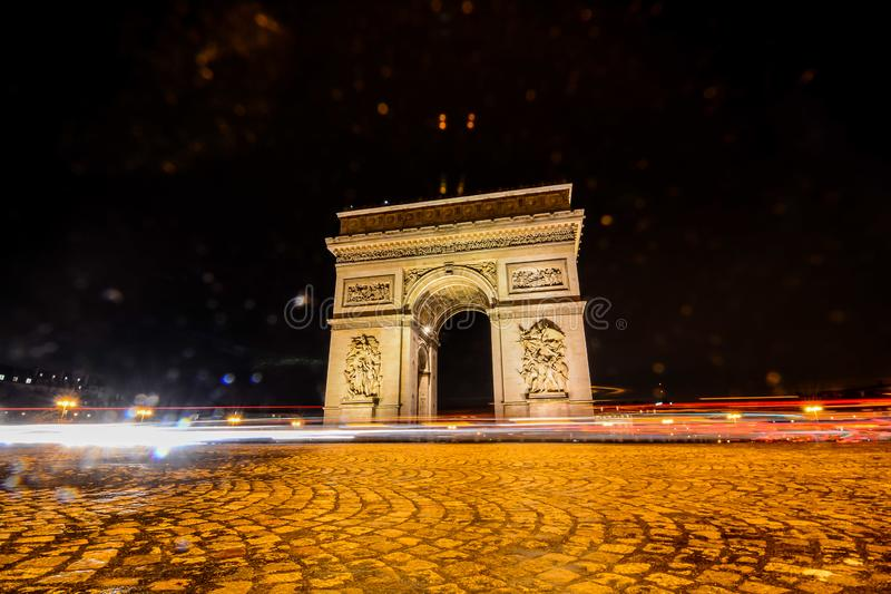 Arco del Triunfo en la noche, imagen de la foto una vista panorámica hermosa de la ciudad metropolitana de París foto de archivo libre de regalías