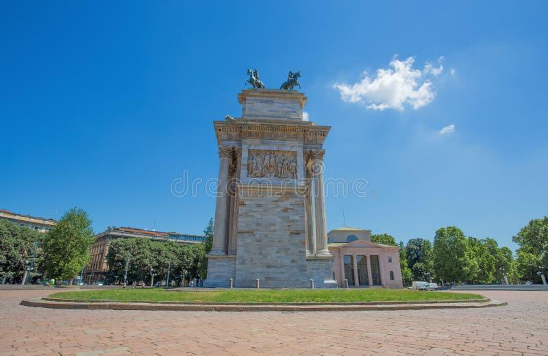 Arco della步幅,和平,侧向看法曲拱,在Sempione公园附近在米兰的市中心,意大利 免版税库存图片
