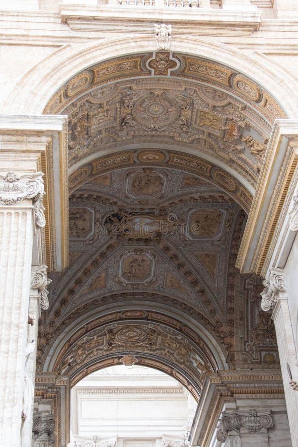 Arco della basilica dello St Peter, stato della Città del Vaticano, Italia immagine stock libera da diritti