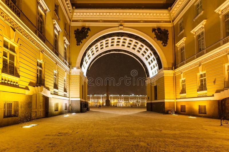 Arco della costruzione dello stato maggiore in precipitazioni nevose di notte fotografia stock