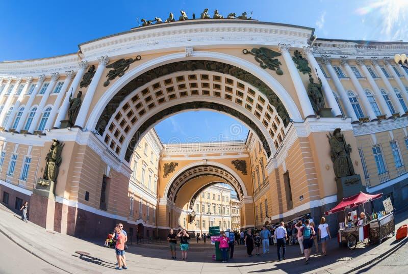 Arco della costruzione dello stato maggiore sul quadrato del palazzo in St Peter fotografia stock