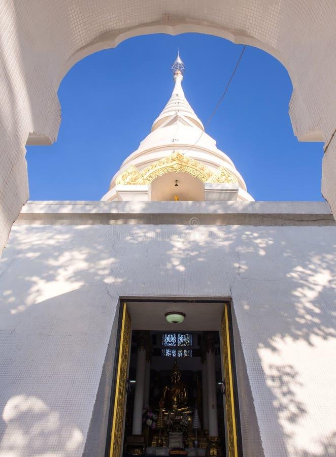 Arco della porta con la pagoda bianca fotografia stock