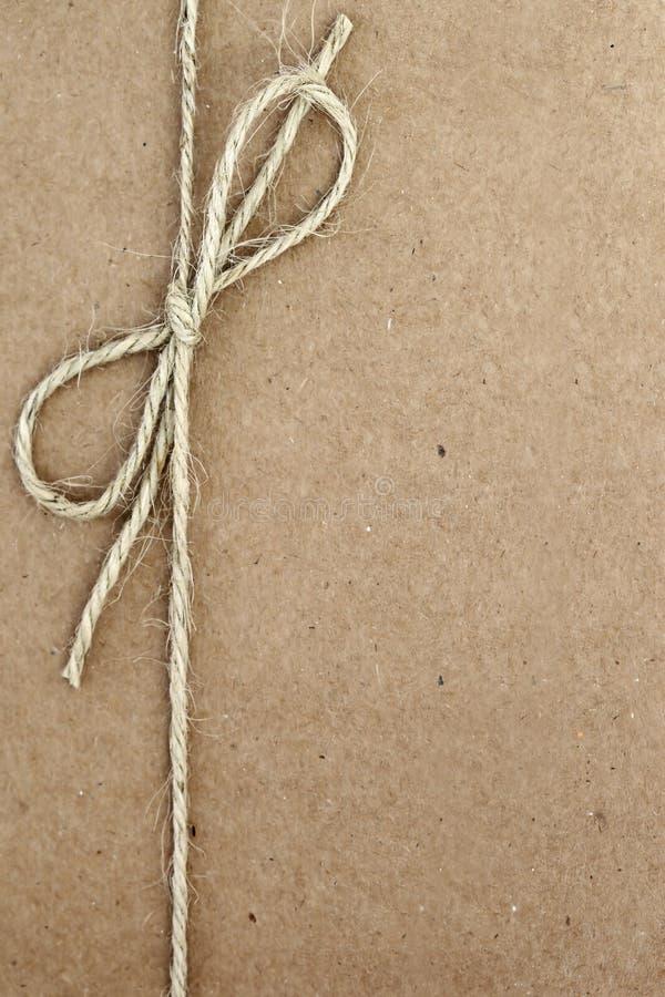 Arco della stringa sul documento di Brown fotografia stock